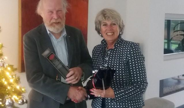 Voorzitter Inez Pijnenburg van de Stichting Apeldoorns Kanaal bedankte Rick Scholten voor zijn ongelooflijke inzet als secretaris, een functie die hij bijna twintig jaar vervulde.