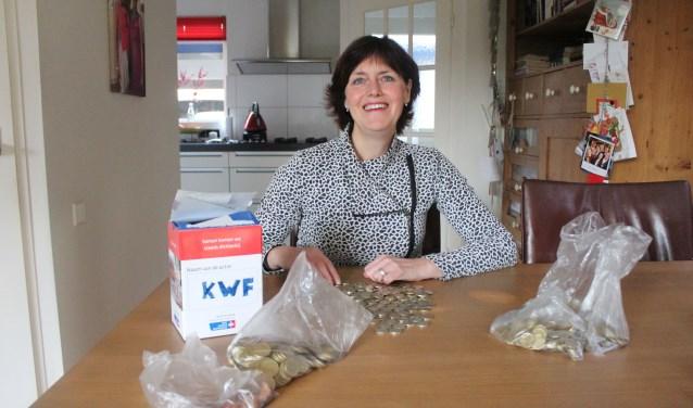 Kapster Karin van Osch telt het fooiengeld dat ook dit jaar weer naar het KWF gaat. Een totaalbedrag van maar liefst 432,60 euro. (Foto: Henk Jansen)