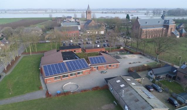 Het dak van basisschool De Wegwijzer glinstert met zonnepanelen. Met behulp van een drone werd zondag deze foto gemaakt van de duurzame investering die zichzelf uiteindelijk moet terugverdienen. (Foto: Barry Noij)