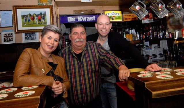 Theu Peters (midden) was jarenlang samen met Sally en Kevin hét gezicht van café De Kwast. (foto: Tom Oosthout)