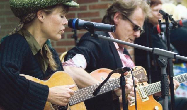 Fay Lovsky en Arthur Ebeling zorgen voor een aha-Erlebnis van jazz, country en blues in de Oldenzaalse Cobblestone.