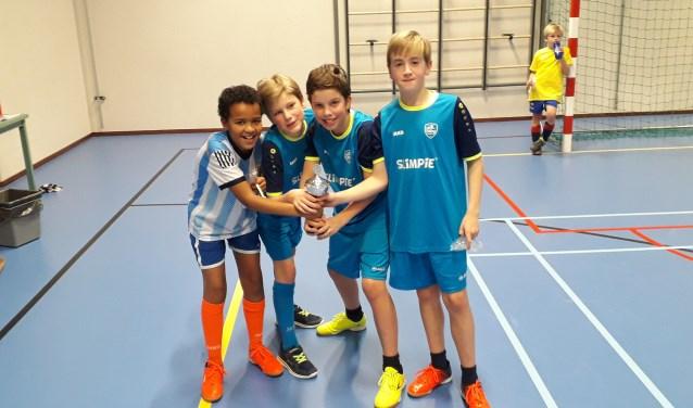 Team Barcelona won de prijs. Friso, met de zwarte schoenen, en Wouter, met de gele schoenen, spelen beiden in dit team.  FOTO: Maarten Bos