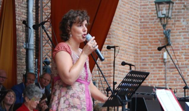 Rebecca Onderstal tijdens een Pinksterviering op de Markt      -    foto Marijke Dekker