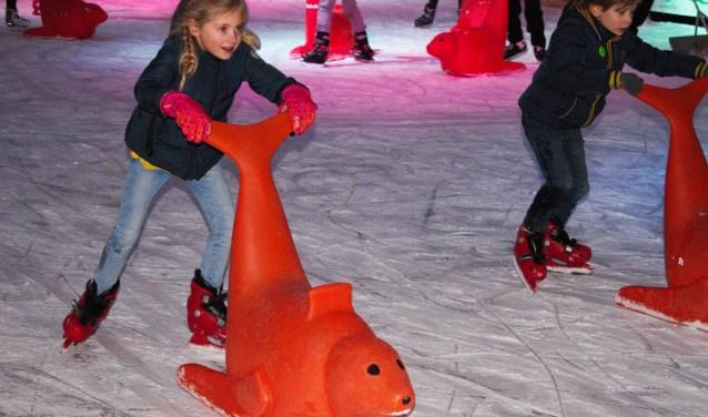 Jong en oud beleven plezier op de Vughtse ijsbaan. Voor degenen die nog niet zo goed kunnen schaatsen, zijn er zeehonden om je aan vast te houden of op te zitten. De ijsbaan is nog tot en met zondag 7 januari geopend. Foto: Lisette Broess-Croonen