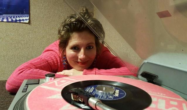 Esther heeft een ware passie voor radio maken. (Grote foto: Anja van Aalst. Kleine foto: Bob den Breeijen)