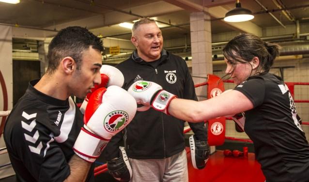 Sparren in de ring is slechts een klein onderdeel van de bokssport, die vele trainingsvormen kent. Amine Boudhoum (links) en Arlette Aerts (rechts) oefenen hun technieken onder toeziend oog van de Nijmeegse boksschoolhouder Willy van Haaren. (foto: Jimmy Israël)