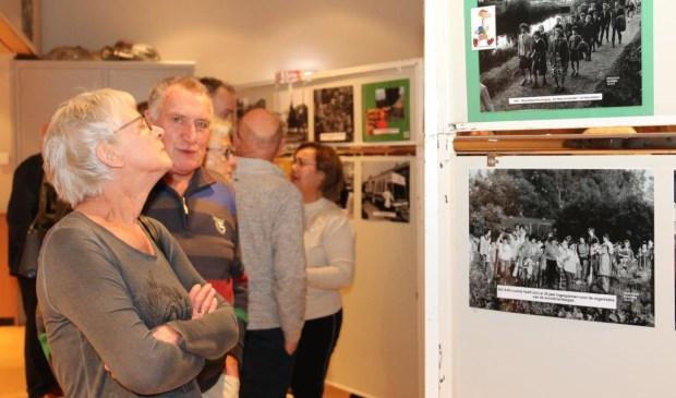 Honderden belangstellenden genoten van de fototentoonstelling 'De mens en zijn werk'. (Foto: Gerrit Steen)