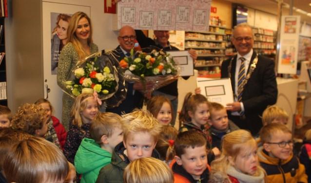 Achter de kinderen van links naar rechts Edith Koridon, Eeuwke van de Wal, Wim Schuring van de Bruna en burgemeester Jan Willem Wiggers bij de presentatie van de nieuwe postzegel met de Dijkpoort.
