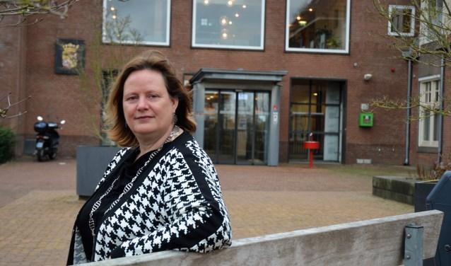 Waarnemend burgemeester Daphne Bergman voor het gemeentehuis in Beuningen.