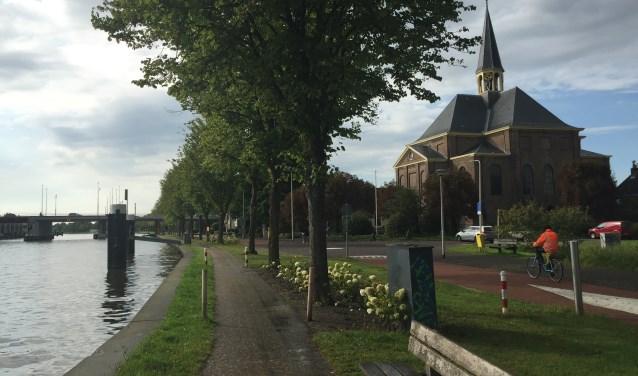 Bij het 75-jarig bestaan kwam mijn jubileumboek uit. Wat is de identiteit van Alphen aan den Rijn? Het antwoord ligt besloten in de naam een stad aan de rivier. Foto's: Kaj Elhorst