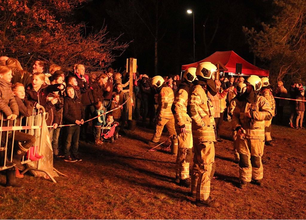 De Brandweer Maarn-Maarsbergen stapelde de bomen, hield de menigte op enige afstand en de vlammenzee in toom. Foto: Hanny van Eerden © Persgroep