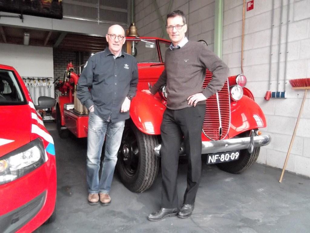 Hans Verhees en Willemjan van Golstein Brouwers, nog één keer op de Astense kazerne voor de oldtimer-brandweerwagen. Foto: Idor van Duppen.