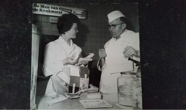 Jan en Mies Meijer in de beginperiode van Frituur Meijer's in de Scheldestraat. (Foto: Familiearchief Meijer / Fotobewerking: Conny den Heijer)