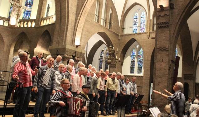 Onder leiding van Henk ter Voorde en begeleid accordeons worden zeemansliedjes en vooral Engelse shanty's en seasongs gezongen. FOTO: Rutger van den Hoofdakker
