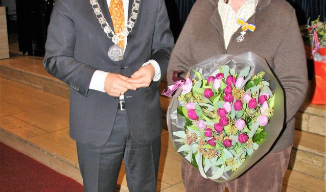 Ria Hermanns onvangt een koninklijke onderscheiding van burgemeester Koos Janssen. FOTO: Astrid van Walsem