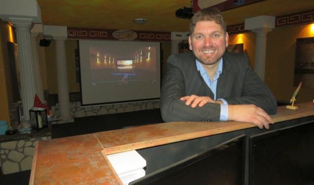 Ronnie Filart in zijn tot huisbioscoop omgebouwde kelder. Hij wil met crowdfunding 1,7 miljoen binnenhalen om een volwaardige bioscoop in Tubbergen op te zetten.