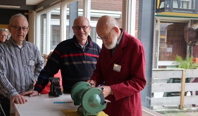 Medewerkers van het Repair Café staan klaar om kapotte spullen een nieuwe toekomst te geven. (foto: B'Elanna van der Sluis)