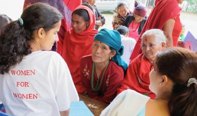 """De groep medische specialisten traint in hun vrije tijd pro deo lokale hulpverleners. ,,De bergbewoners hebben toegang tot hulpverleners met beperkte mogelijkheden en kennis."""" (foto pr)"""