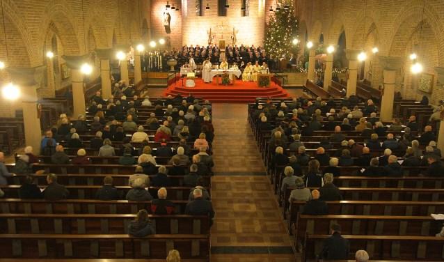 Enkele honderden parochianen woonden de eerste viering bij van de nieuwe parochie H. Maria Magdalena. Zaterdagavond was er een viering in Elst, een dag later in Huissen. (foto: Kirsten den Boef)