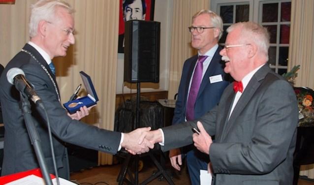 De Zilveren Erepenning voor de 100-jarige ZRMV  De Batavier. Vlnr: burgemeester Verheijen, voorzitter Theo Thurlings en oud-voorzitter Frank Jansen. (Foto: Rob Maartense)