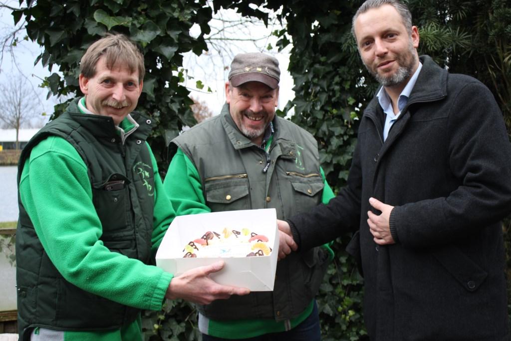 Wethouder Erik de Vries krijgt een taart aangeboden van de IVN Vogelwerkgroep.