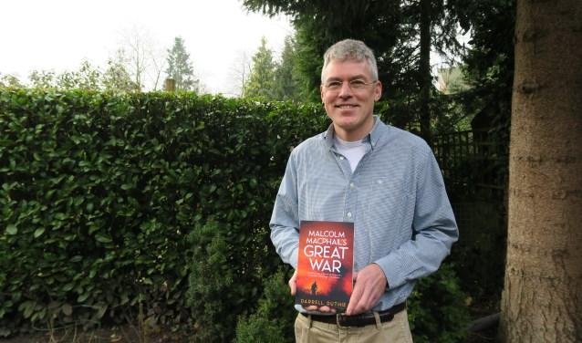 De Amersfoorter Darrell Duthie toont zijn onlangs verschenen historische roman in de Engelse taal, 'Malcolm MacPhail's Great War'. (Foto: Marian Vreugdenhil)