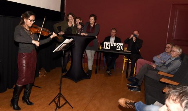 Violiste Hartine van Rijssel speelt de filmtunes voor tijdens de quiz in het Filmhuis. Foto: Marianka Peters