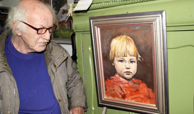 Gerrit Bakker wikl meer weten over het meisje waarvan hij lang geleden een portret heeft geschilderd. Ook de lijst heeft hij zelf gemaakt. Foto Dick Baas