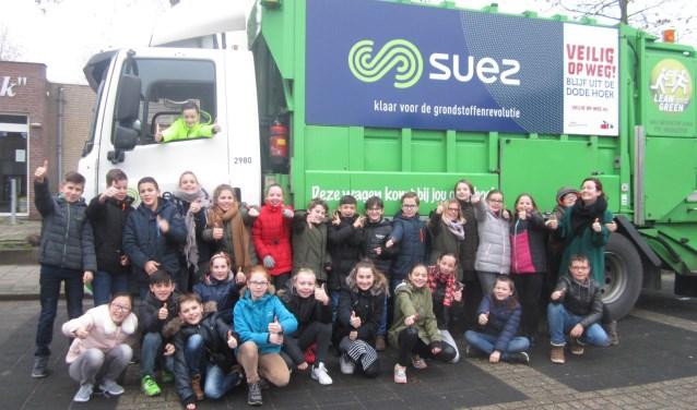 Ook de groep 7/8 van Ste. Marie ging op de foto met de vrachtwagen van het team van SUEZ. Voor meer informatie over het lesproject of het aanvragen van een les, kun je altijd kijken op www.veilig-op-weg.nl.