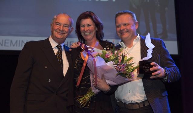 Theatrent, van Michel Wenzel (r) en zijn partner Marjon Vermeulen (m), heeft de verkiezing Onderneming van het Jaar gewonnen. Jan Zeeman (l) mocht de winnende naam voorlezen van de envelop.