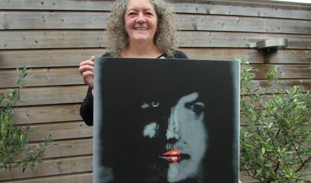 Rianne Witteveen met een van haar werken. Vanaf 7 februari exposeert zij in Artifact in New York. (Foto: Adriënne Nijssen)