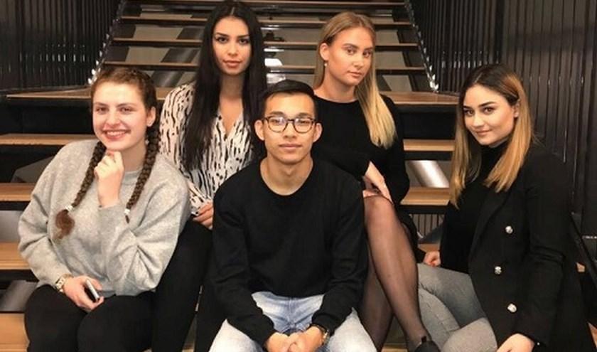 De nijvere studenten op een rij. Links: Arsa, linksboven: Akadia, rechtsboven: Kelly, midden: Harvey en rechts: Gabriella.