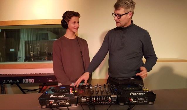 """Mark Koller (rechts) geeft les over de dj-set. """"Als de aandacht voor de muziek verslapt bij je publiek, moet je als DJ vloeiend een nieuwe plaat kunnen starten."""""""