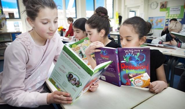 Op een KinderzwerfboekStation kunnen kinderen gratis een boek  uitzoeken en meenemen naar huis. Na het lezen wordt het boekje doorgegeven aan een ander kind.