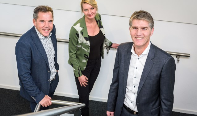Hans van Zuijdam (rechts) neemt het voorzitterschap van VNO-NCW Rivierenland over van Joris Nelissen. Eugenie Savrij Droste is regiomanager. (Foto: John van Gelder)