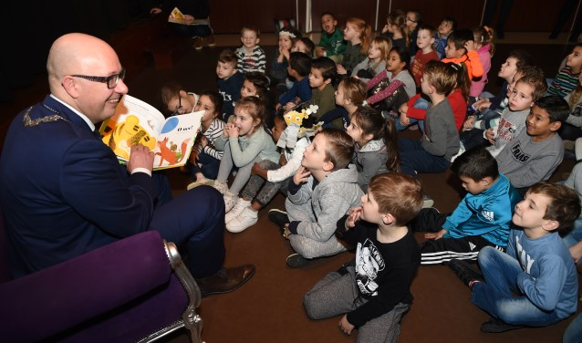 Om de Voorleesdagen te openen las burgemeester Jack Mikkers voor aan KC De Haren. Foto: Henk van Esch