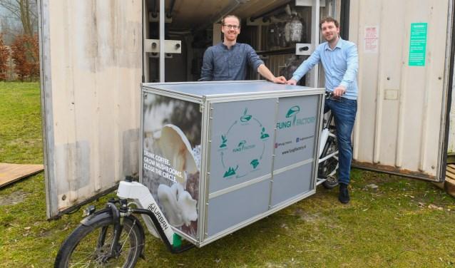 """Martijn Schotanus en Erik de Vries met hun elektrische bakfiets: """"Restaurants staan te popelen om onze oesterzwammen af te nemen"""". FOTO: Aneo Koning"""