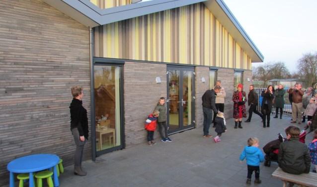 Onder grote belangstelling openden Gijs Boogaarts (vader van eigenaresse) en Ewout (zoon van eigenaresse Simone Hak) de deur. (Foto: Privé)