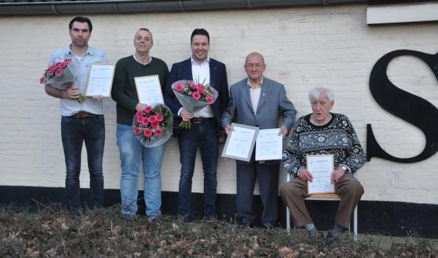 De jubilarissen en hoofdsponsor van de S.D.Z.Z. jeugd Jan Heemskerk. Op de foto ontbreekt jubilaris Tonnie Bolck. (foto: Frank Dercksen)