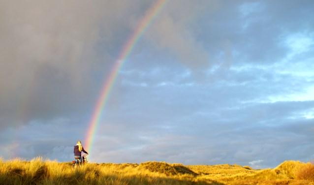 In de duinen met onze kleindochter onderaan de regenboog.