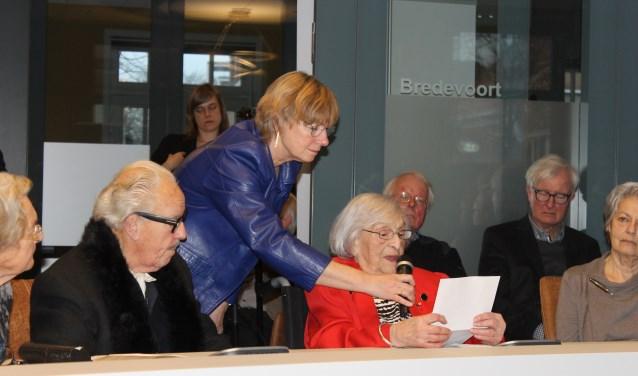Indrukwekkend verhaal verteld door de 96-jarige Lotty Veffer, overlevende van het vernietigingskamp Auschwitz, tijdens de opening van de expositie: 'Waarom schrijf je me niet'.(foto: Leo van der Linde)