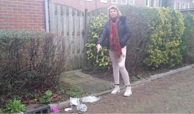 Miriam van Mill ergert zich aan het zwerfafval in de wijk. De rommel op straat gaat ten koste van de leefbaarheid. Foto: Conny den Heijer
