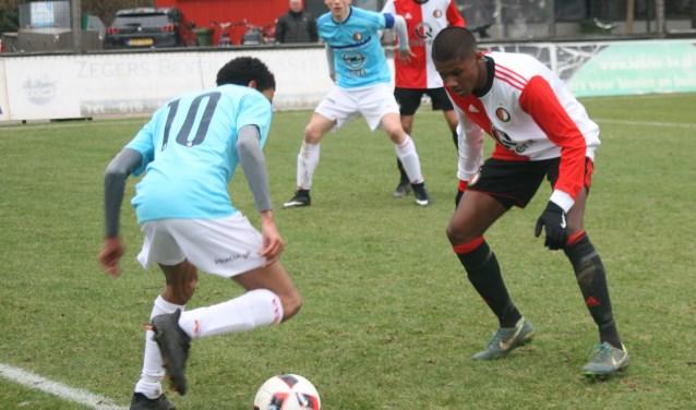 VVGZ speelde in shirts van Feyenoord omdat de scheidsrechter niet akkoord ging met hun eigen, volledige witte, uit-tenue. (FOTO: VVGZ/Jan Boom)