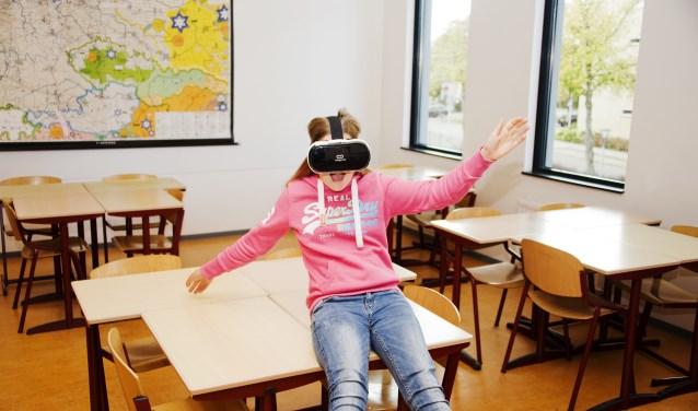 't Ravelijn en het ZuidWestHoek College zijn ook aankomend jaar leidend op het gebied van nieuwe ontwikkelingen. Zo gaan beide scholen Virtual Reality (VR) intensief inzetten bijhet leren. En gaat er letterlijk een nieuwe wereld open voor de leerlingen verdwijnen de schoolmuren.