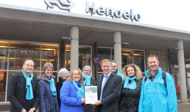 Lijsttrekker Susanne van den Beukel (midden-links) overhandigt verkiezingsprogramma aan Eppo Bruins (midden-rechts). Foto: CU Hengelo