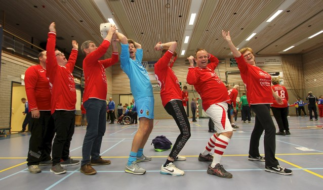 Het team van Jonge Kracht sport in De Brink in Huissen met mensen met een beperking. De Integrade is al jaren een feest voor de deelnemers. (foto: Kirsten den Boef)