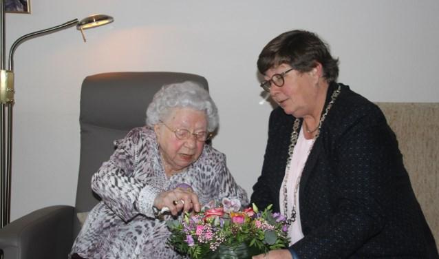 Mevrouw Hase was heel erg blij met het bloemstuk dat ze kreeg uit handen van de locoburgermeester, Irene ten Seldam