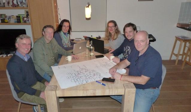 De leden van de kerngroep bijeen voor overleg. Op de site www.hubrhenen.nl zijn de ontwikkelingen en de ZP'ers uit Rhenen en omgeving te vinden. (Foto: Mare van Zoolingen)