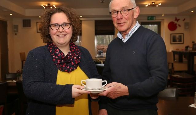 IVN-gids Wil Ariëns krijgt een kom soep van Caroline Geurts van Kessel van De Valkhoeve. (foto: Marco van den Broek)