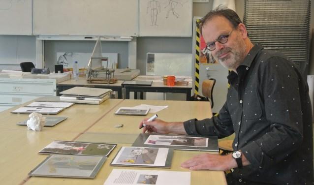 Peter stopt niet alleen zijn creatieve gave in de school, maar ook in al zijn teken- en schilderwerk (Foto: Patricia van den Blink).